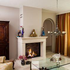 """Genieten van een realistisch vuur met de Dru Maestro gashaard. Geplaatst inclusief een klassieke schouw die perfect op maat is gemaakt. De kachel is voorzien van ontspiegeld glas en een """"stenen"""" achterwand, waardoor het geheel een authentieke uitstraling krijgt. Perfect passend bij de woning waar deze geplaatst is."""