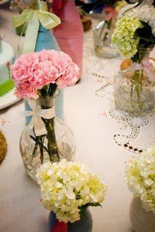 Decoração com flores em jarras de vidro. Elegante!