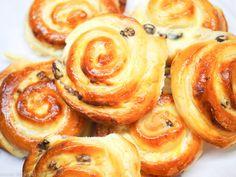 REZEPT: Super-fluffige Quark-Rosinen-Schnecken aus lockerem Hefeteig mit einer leckeren Füllung aus Quark und Rosinen. Ein Genuss zum Kaffee oder Frühstück.