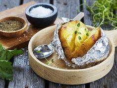 Server med tunfisk i majones og mais. Pavlova, Grilling Recipes, Potato Recipes, Baked Potato, Camembert Cheese, Dairy, Potatoes, Baking, Ethnic Recipes
