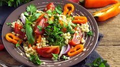 Der gemischte Salat-Teller bekommt in diesen Tagen Konkurrenz! Abgelöst wird er vom Couscous-Salat, der uns mit Geschmack und Vielfalt begeistert.