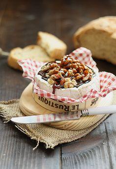 camembert con nueces y caramelo, para la mesa salada
