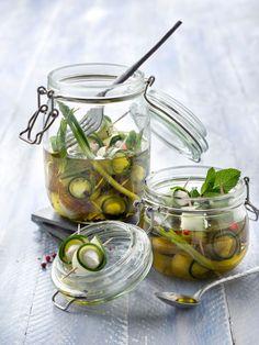 Mozzarella-Zucchini-Röllchen in Zwiebel-Minzöl | http://eatsmarter.de/rezepte/mozzarella-zucchini-roellchen-in-zwiebel-minzoel