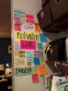DIY / Create your motivation wall! I pretty much have this already in my room!i love post-its ; Dorm Life, College Life, College House, College Ready, College Roommate, College Dorm Rooms, Diy Organisation, Room Organization, Organising