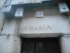 Inscripción mariana en dintel. Muchas de las casas de Mogarraz tienen inscripciones en sus dinteles.