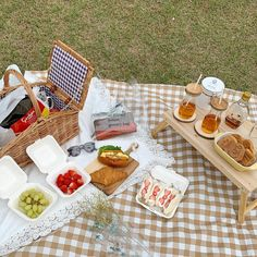 It's picnic time! Picnic Date, Summer Picnic, Brunch Outfit, Comida Picnic, Cute Food, Yummy Food, Romantic Picnics, Aesthetic Food, Beige Aesthetic