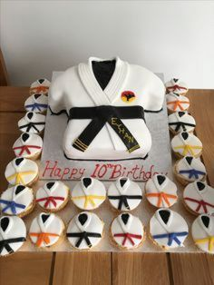 Karate kickboxing cake and cupcakes Ninja Birthday Cake, Karate Birthday, Ninja Birthday Parties, Ninja Party, 10th Birthday, Birthday Ideas, Karate Cake, Karate Party, Karate Kid