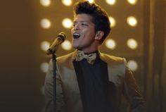 """No último sábado, dia 28, Bruno Mars utilizou sua conta no Twitter para cancelar um show nos Estados Unidos. A apresentação aconteceria nesta segunda-feira, 30, mas foi suspensa por questões de saúde do músico.  """"Aos meus fãs em Denver, preciso cancelar o meu show na segunda-feira, devido a uma forte sinusite. Eu já estava com isso em Dallas, e consegui fazer o show, mas receio que acabei piorando. Eu odeio cancelar shows mais do que qualquer coisa. Espero que vocês possam me perdoar, e…"""