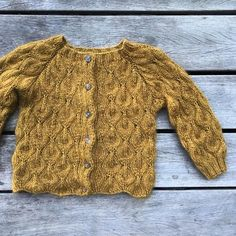 A small, cardigan version of our Olive Sweater for adults, Olive Cardigan is designed for. Cardigan Pattern, Baby Cardigan, Knitting For Kids, Baby Knitting, Lace Patterns, Knitting Patterns, Crochet Bebe, Finger Weights, Baby Sweaters