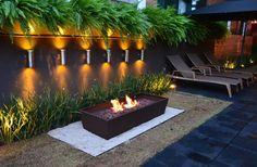 Lareira moderna, jardim elegante. https://www.homify.com.br/livros_de_ideias/27687/lareiras-modernas-para-a-sua-casa