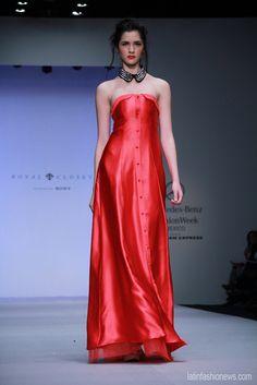 Vestidos rojos, en seda, strapless y largos en la nueva colección de @RoyalCloset1 @Montserrat33 en @FashionWeekmx #amexfashion