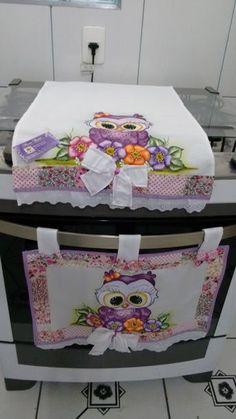 Pintado faço com outras estampas,Informe o fogão 4,5,6 bocas.AVISO INFORMO QUE NÃO tenho MAIS ESSA ESTAMPA DA BARRA DO TECIDO, TENHO OUTRAS ESTAMPAS. Sewing Projects For Beginners, Diy Projects, Plastic Bag Holders, Bathroom Organisation, Mothers Day Crafts, Mug Rugs, Fabric Painting, Art For Kids, Diy And Crafts