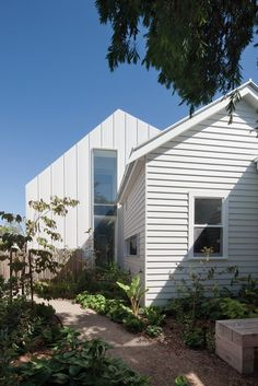 Like how they have CLAD the extension(?) VERTICALLY rather than continuing the horizontal cladding of the original structure - Clare Cousins Architects : Gable House House Cladding, Exterior Cladding, Facade House, Metal Cladding, Cladding Materials, Exterior House Colors, Exterior Paint, Exterior Design, Exterior House Paints