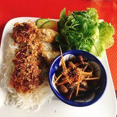 Vinh Halong est une table vietnamo-malgache logée dans une maison d'un quartier résidentiel du Plessis Robinson : cuisine et atmosphère familiale dans un cadre bucolique, la banlieue 3.0. Food L, Food Porn, Pulled Pork, Japchae, Bon Appetit, Tasty, Restaurant, Ethnic Recipes, Instagram