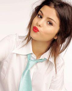 Selena Gomez Selena Gomez Drawing, Selena Gomez Music, Selena Gomez With Fans, Selena Gomez Cute, Selena Gomez Pictures, Selena Gomez Style, Alex Russo, Selena Gomez Wallpaper, Stylish Girls Photos
