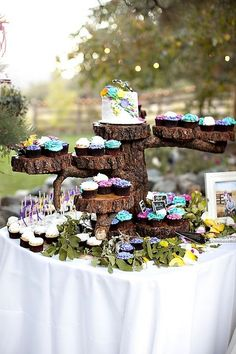 Cute rustic wedding cupcake cake display / http://www.himisspuff.com/rustic-wedding-ideas-with-tree-stump/4/