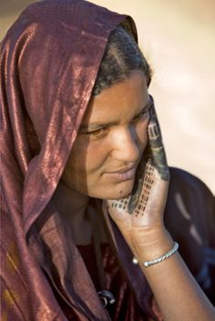 Africa | A Tuareg woman momentarily displays an attractive pattern made with henna on her hand near her desert home, north of Timbuktu.  Mali | ©Nigel Pavitt