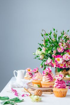 Blackberry white cupcakes with two toned classic buttercream and fresh flowers. Recipe by Historias del Ciervo. Food Photography.
