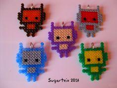 Colección de pequeños marcianitos de diferentes colores en hama mini como colgantes de cuello.   Si te gustan puedes adquirirlos en nuestra tienda on-line: http://www.mistertrufa.net/sugarshop/ Ver más en: http://mistertrufa.net/librecreacion/groups/hama-beads/
