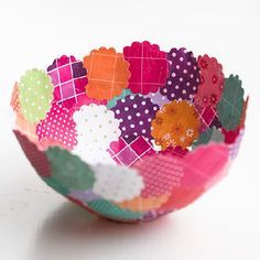 scraps of paper and wallpaper paste you can make the most amazing paper bowls. Tutorial in English and Swedish.With scraps of paper and wallpaper paste you can make the most amazing paper bowls. Tutorial in English and Swedish. Crafts To Do, Crafts For Kids, Arts And Crafts, Easy Crafts, Kids Diy, Custom Printed Fabric, Printing On Fabric, Wallpaper Crafts, Wallpaper Paste