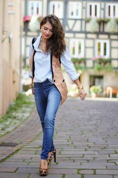 Stimmig: Die deutsche Fashion-Bloggerin Anni von Fashion Hippie Loves trägt einen Streetstyle mit beiger Weste von Sheinside zu einer hellblauen Bluse (von