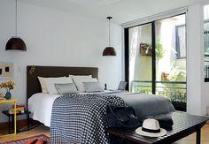 O quarto do empresário André Tassinari, no andar de cima da casa, também tem incidência de luz natural por conta do jardim interno