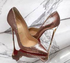 Me muero por esos zapatos . Zapatos Shoes, Shoes Heels Wedges, Fab Shoes, Me Too Shoes, Mode Shoes, Designer Heels, Beautiful Shoes, Gorgeous Heels, Christian Louboutin Shoes