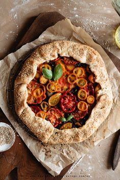 If you think you need something sweet,salty,sour and delicious, this savory tomato galette with caramelized onion and goat cheese is perfect! Galette Recipe, Tomato Pie, Savory Tart, Roasted Vegetables, Caramelized Onions, Goat Cheese, Blue Cheese, Quiche, Vegetable Recipes