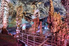 Localizadas en la Sierra de Gomas, a 107 km de Monterrey, las grutas de Bustamante son una maravillosa atracción natural de nuestro país. Con 3 km de longitud, resulta todo un espectáculo admirar los pequeños paisajes que se han formado dentro de este accidente geológico que fue descubierto en 1906.