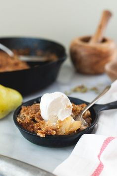 Cardamom Pear Crisp with Oats - Snixy Kitchen #Holidaytable @GrainFoods