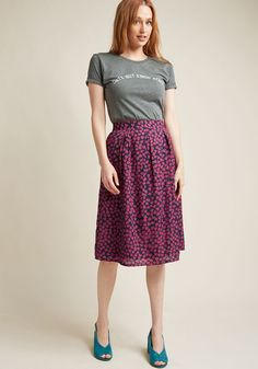 There's something to be said for a style proclamation - and this grey tee from Daisy Natives says a lot! On those days when you want your outfit to do. Quirky Fashion, Modest Fashion, Fashion Outfits, Sporty Fashion, Fashion Ideas, Women's Fashion, Outfits Jeans, Modest Outfits, Quirky T Shirts