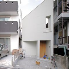 This small house in Kobe, Japan, designed by Fujiwara-Muro Architects has an odd, angular configurat. - Courtesy of Rizzoli Architectural Digest, Contemporary Architecture, Architecture Design, Japanese Architecture, Ultra Modern Homes, Small Cottages, Narrow House, Japanese Interior, Japanese Modern