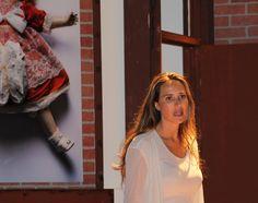 """Anna Alexis Michel - Photo de Angelica Castro  dans """"El Beso del Jabali"""" au Koubek Theatre de Miami -  en arrière-plan la photo Innocence - THE MERINGUE PROJECT by Jean-Michel Voge & Anna Alexis Michel - Juin 2016"""