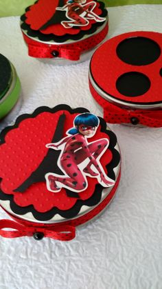 Latinha decorada com aplique em alto relevo efeito 3D e fita banana. Pode ser desenvolvido em outros temas e cores. 8th Birthday, Birthday Parties, Cumpleaños Lady Bug, Miraculous Ladybug Party, Lady Bob, Fiesta Mickey Mouse, Ladybug Crafts, Ladybug Comics, Cat Noir