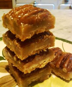 DESSERT-These Creole Pecan Praline Bars are addicting, delicious and, while I didn't find the recipe on a hand-written vintage card, are from a very old New Orleans recipe. Köstliche Desserts, Delicious Desserts, Dessert Recipes, Yummy Food, Cajun Desserts, Candy Recipes, Sweet Recipes, Cookie Recipes, Brownies