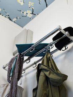 perfekt i en liten garderob att måla allt vitt utom taket där man har en mönstrad tapet!