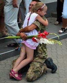 Я за тебе молюсь, український солдате, я за тебе боюсь, хоч не я твоя мати, і благання я шлю, до високого неба, ти залишся ЖИВИМ, більш нічого не треба!!!...