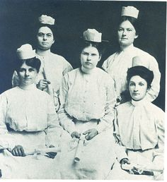 Piedmont Nursing Grads, 1907 The first graduates from the Piedmont Sanatorium School of Nursing in Atlanta in History Of Nursing, Medical History, Vintage Nurse, Vintage Medical, Nurse Pics, Nurse Stuff, Psych Nurse, Nursing Pictures, Nursing Care Plan