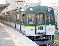 森小路駅にて。旧2000系電車の車体流用の初期型0番代。
