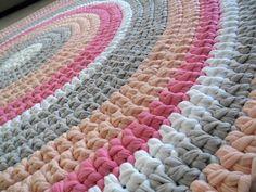 שטיח סרוג בעבודת יד מחוטי טריקו בגוונים ורודים, אפור בהיר ולבן.    קוטר 1.3 מ'    משלוח אקספרס עד הבית