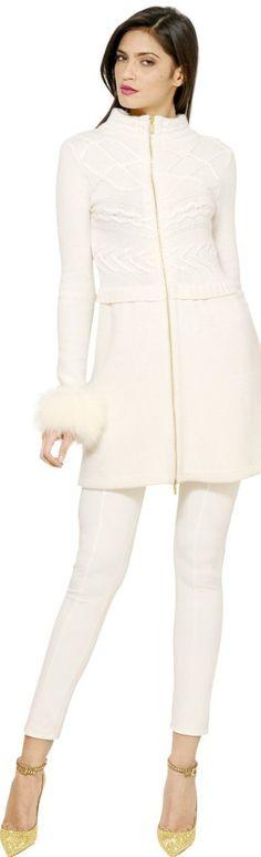 El blanco blanco será un look inspirador y lucirás blanca como la nieve y si no sabes cómo usarlo aquí te dejo una galería de fotos para que te inspires y lo añadas a tu guardarropa.