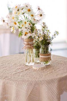 Garrafas e potes de vidro como centro de mesa » Mulherando