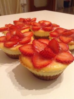 Mini cheesecake with strawberries