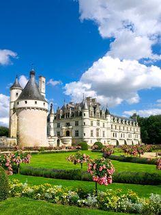 Castillo con jardines, plantas verdes y flores de colores | Banco de Imagenes (shared via SlingPic)