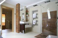 Prysznic otwarty: ścianka prysznicowa ze szkła giętego, odpływ punktowy w posadzce. Projekt: Agnieszka Burzykowska-Walkosz. Fot. Bartosz Jarosz