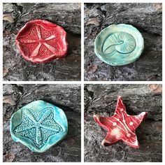 kleine Schalen für Räucherkegel aus Keramik...von kreativesbypetra #Keramik #ceramik #ton #töpfern #töpferei #DIY #handmade #handgefertigt #Handwerk #kunstwerk #Unikat #geschenk #present #pottery #schale #räucherschale #räucherkegel #Glasur #glaze #glasurbrand #Esoterik #spirituell #Spiritualität #duft #düfte #botz #plattentechnik #Seestern #seastar #smoke #holysmokers #tray Petra, Mandalas, Small Vanity Table, Games For Children, Mosaics, Artworks, Handmade, Canvas