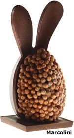 Pierre Marcolini imagine un chef d'oeuf soit un oeuf avec une anse au chocolat noir disposé sur un socle en nougatine reposant sur deux tiroirs le flat egg et une série d'oeufs grand cru