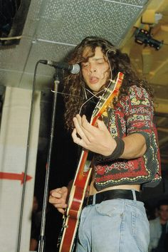 Really young Chris Cornell Playing guitar Grunge Look, 90s Grunge, Grunge Style, Grunge Outfits, Soft Grunge, Tokyo Street Fashion, Aria Montgomery, Chris Cornell Young, Chris Young