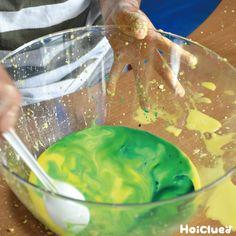 """簡単な片栗粉スライムの作り方〜乳児さんから楽しめる不思議な感触遊び〜   保育や子育てが広がる""""遊び""""と""""学び""""のプラットフォーム[ほいくる] Guacamole, Crafts For Kids, Mexican, Ethnic Recipes, Food, Ideas, Crafts For Children, Kids Arts And Crafts, Essen"""