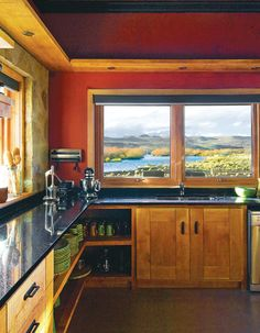 Las ventanas y carpinterías son de aluminio anodizado negro y de maderas más rústicas.
